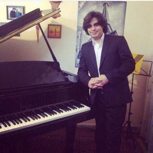 امیر حوتیان مدرس پیانوی ایرانی در آموزشگاه موسیقی همراز