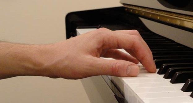 استایل نشستن پشت پیانو
