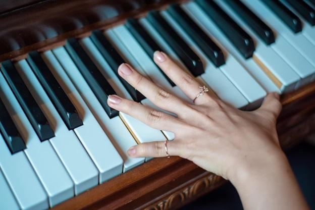 نحوه نشستن پشت پیانو