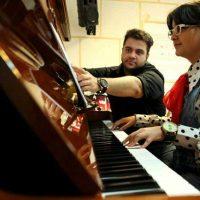 آموزش پیانو، سلفژ و صداسازی زیرنظر عرشیا روشن قلب در آموزشگاه موسیقی همراز