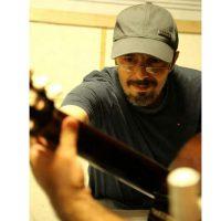 آموزش گیتار زیرنظر رضا حقیقی در آموزشگاه موسیقی همراز